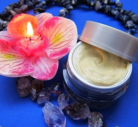 コロンやトワレよりも便利で使いやすい練り香水