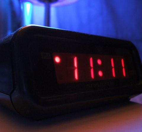 目覚まし時計(アラーム付きデジタル時計)